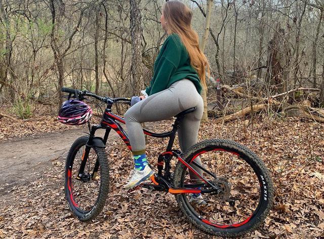 乌克兰姑娘喜欢户外骑行