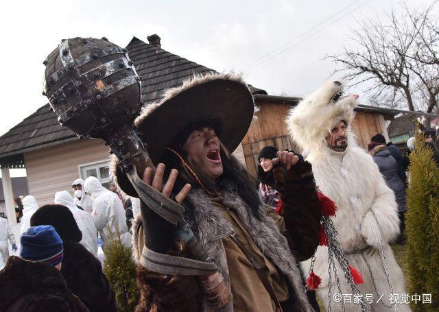 乌克兰:庆祝传统冬季节日,干草制成衣服画风奇特!