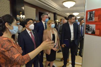 """驻乌克兰使馆举办""""中国共产党的100年""""图片展"""