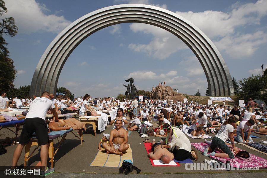 乌克兰300名按摩师同时服务欲破世界纪录