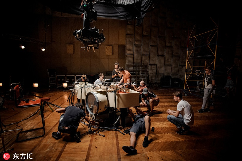 乌克兰乐队将20种乐器制成超级钢琴 一架钢琴就是一支管弦乐队